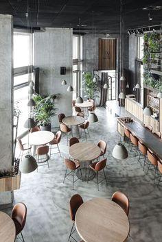 Opstelling tafels en stoelen met een uniforme uitstraling en materialiteit #horeca #design #dineren