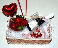 Cesta de San Valentín decorada con globos: - Fresas - Bombones - Cava - Copas
