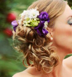 Bruidskapsel met paarse en witte bloemen