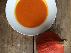 De herfst is echt het seizoen voor lekkere recepten met pompoen. Check hier mijn recept voor deze heerlijke pompoensoep met gegrilde paprika's.