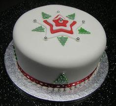 White Christmas cake with sugar paste icing Christmas Themed Cake, Christmas Cake Designs, Christmas Wedding Cakes, Christmas Cake Decorations, Holiday Cakes, Christmas Desserts, Cupcakes, Cupcake Cakes, Xmas Food