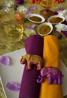 Tables en fêtes sur le thème de l'inde. Des ronds de serviettes originaux et colorés.