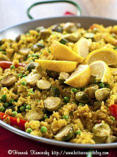 Una rivisitazione in chiave #vegana della #paella, per un'esplosione di sapori!  Provatela con #cavolini di #Bruxelles tagliati a metà, #peperoni rossi, cuori di #carciofo, piselli, zucchine, cipolla e zafferano, condita con olio di oliva, sale, pepe e un pizzico di paprika! #veg #recipe