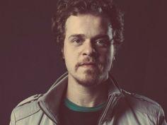 O cantor e compositor paulista lança seu primeiro álbum. Confira o som dele.