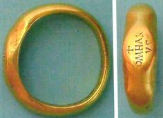 В 1889, в 1968 и 1979 годах в селе Апахида в Трансильвании были найдены усыпальницы, как предполагается, гепидских королей. В них нашли много золотых и других ценных артефактов. В одной из могил найдено золотое кольцо с надписью Omharus.   Вот так и оживает сказочный мир Средиземья, где за Мглистыми горами король Келембримбор создал три эльфийских кольца.   Gold ring of King Omharus. Gepidia - Transylvania. V cent.