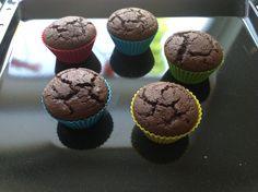 Chocolade muffins van kokosmeel na 20 min bakken.