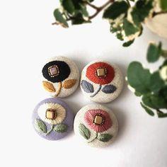 お知らせです❗️ 今回のブローチ新作新色販売は、12月8日(木)お昼の12時から開始します。  お仕事されている方には、微妙な時間帯ですが、お昼休みに覗いてみて下さい 明日は出品予定のオーバル型のご紹介します  #刺繍  #embroidery  #broderie  #刺しゅう  #flower #ミンネ #minne  #刺繍作家 #ブラック#チクチク#花 #ハンドメイド#手芸#花刺繍#くるみボタン #ブローチ#刺繍ブローチ