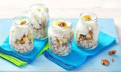 Opražené ovesné lupínky s jogurtem jablkem ořechy a medem