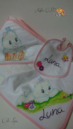 Conjunto de bébé (menina). Toalha de banho, Fralda e babete. Pintura de Célia Lopes