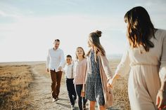 Extended Family Pictures, Large Family Poses, Cute Family Photos, Outdoor Family Photos, Fall Family Pictures, Family Picture Poses, Family Picture Outfits, Family Photo Sessions, Fall Family Portraits