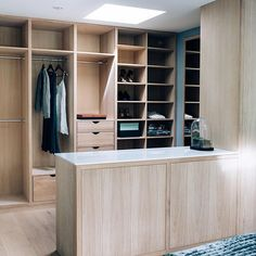 Åpen walk-in på soverommet i hvitoljet eik #walkroom #bedroom #interior #wardrobe #storage #design #fashion #oak #modern #style #interiordesign #cki
