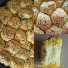 MARLI SE KNOFFEL EN KRUIE BOTTERBROODJIES South African Recipes, Scones, Food To Make, Breads, Eat, Bread Rolls, Bread, Braided Pigtails, Buns