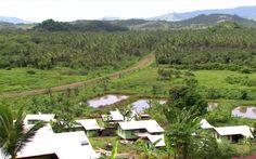 O vilarejo transferido morro acima por causa da elevação do nível do mar