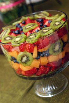 Triffle Recipe, Trifle Bowl Recipes, Fruit Salad Recipes, Appetizer Recipes, Strawberry Cake Recipes, Fruit Trifle, Trifle Dish, Fruit Platter Designs, Fun Desserts