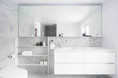 La Cardinale Residence von L. McComber Architekten in Montreal, Kanada Grey Marble Bathroom, Saint Laurent, Tudor Style Homes, 1950s House, Oak Panels, Light Grey Walls, Floor Layout, House Built, Residential Architecture