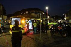 Zowel de agente als de verdachte werden met een ambulance naar het ziekenhuis gebracht.