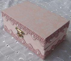 Caixa em MDF forrada com tecido 100% algodão com apliques em pérolas e renda. R$ 55,00