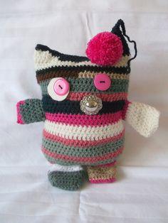 Bublinka+Zbytkáčková+Bublinka+je+uháčkovaná+ze+zbytků+příze.+Ráda+se+bude+s+Vámi+dívat+na+televizi+nebo+lenošit+v+posteli.+Bublinkna+je+široká+cca+16+cm+a+vysoká+cca+22+cm. Crochet Hats, Beanie, Handmade, Knitting Hats, Hand Made, Beanies, Handarbeit, Beret