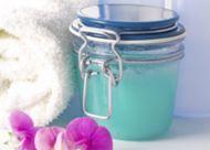Je eigen scrub maken kan bijvoorbeeld met suiker, honing, zout, gember, zemelen of zand.