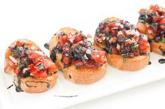 Entertaining has never been easier with this delicious, fresh and simple Italian appetizer. Try an easy tomato bruschetta with balsamic glaze today! Italian Appetizers Easy, Appetizers For Party, Appetizer Recipes, Simple Appetizers, Cold Appetizers, Dinner Recipes, Tomato Bruschetta, Bruschetta Recipe, Light Recipes