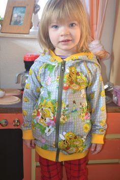 Wenn man Nähanfängerin ist, und sich an neue Projekte wagt, ist es immer etwas Besonderes. Hier hat Jana Ihre erste Jacke fürs Töchterchen vernäht. Dazu hat sie einfach das Schnittmuster Autumn-Rockers-Kids von mamahoch2 abgewandelt und eine riesengroße Zipfelkapuze angenäht. Das Farbkonzept von unserem Biene Maja Honigsammeln in Kombi mit dem Biene Maja Kopf geht hier voll aus. Ganz großes Kompliment!