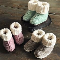Baby Hug Boots - Free Pattern (Posts by Beautiful Skills)Ravelry: Project Gallery for Baby Hug Boots pattern by marianna melCouldn't decide whether to call these Hug Boots or H'ugg Boots ! Knitted Baby Boots, Baby Booties Knitting Pattern, Knit Baby Booties, Baby Hats Knitting, Baby Knitting Patterns, Baby Patterns, Kids Knitting, Free Knitting, Knitted Hats