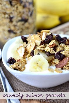 Crunchy Quinoa Granola by Iowa Girl Eats. Crunchy Quinoa Granola is a healthy twist on the breakfast and snack classic featuring old fashioned oats, quinoa, sliced almonds, and flax seeds. Lower in fat Healthy Desayunos, Healthy Snacks, Healthy Recipes, Easy Recipes, Salad Recipes, Brunch Recipes, Breakfast Recipes, Quinoa Breakfast, Chocolates