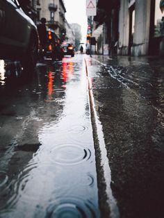 City vibes by Edoardo Lavagno Photography Rainy Dayz, Rainy Night, Rainy Mood, Rainy Weather, Rain Photography, Street Photography, Rainy Day Photography, Rainy Wallpaper, Rain Street