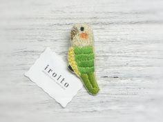 インコ(グリーン)の刺繍ブローチ
