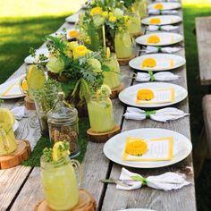Inspírate y decora tu mesa mezclando tus vajillas con objetos naturales como troncos, hojas, flores, etc.