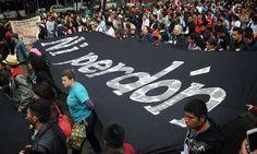 De Los Pinos al Zócalo: 43 fotos de la indignación, a un año de Ayotzinapa - Aristegui Noticias
