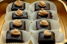 Mini amandine cu crema ganache | Simplu Feminin Mini Cupcakes, Deserts, Noiembrie, Romanian Recipes, Postres, Dessert, Plated Desserts, Desserts
