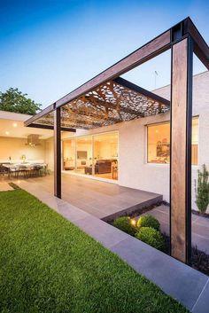 protection solaire avec une pergola en bois et panneau en acier corten
