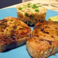 Aprende a preparar atún al horno con esta rica y fácil receta. Poner el aceite en un bol grande, junto al zumo del limón, la cebolla cortada en aros, el kepchup, el...
