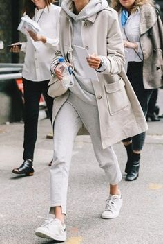 Tenue: Trench beige, Sweat à capuche gris, Pantalon de jogging gris, Baskets basses en cuir blanches