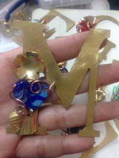 Completamente inspirada! #orfebresvenezolanos #letras #muranos #LavatiLoversVIP #Lavativarios #flowers #metalsmith www.lavativarios.com #desdemiAtelier #lanochecomienza que opinan?