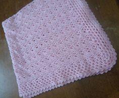Manta de bebê em crochê, feita com lã. Medida: 70x74cm R$ 51,75
