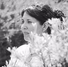 Johana Ramírez: Canalizadora, terapeuta y educadora del Método Magdalena Nivel I y II. Es también facilitadora de Reiki Usui y Karuna, de Biomagnetismo y de Meditación. También es educadora de Canalizacion I y II.