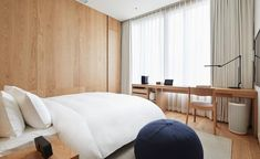 hotel room MUJI Hotel Ginza: Double suite with minimalist bedding and wood accents Casa Hotel, Hotel Lobby, Estilo Muji, Tokyo Apartment, Muji Home, Muji Style, Minimalist Bed, Comfort Mattress, Hotel Interiors