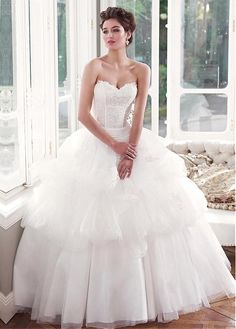 GORGEOUS ORGANZA TULLE BALL GOWN SWEETHEART NECKLINE DROPPED WAISTLINE WEDDING DRESS WITH LACE APPLIQUES