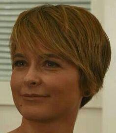 Claudia Abreu linda de cabelo curto.