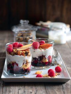 Yogurt and Granola Parfaits with Blueberry Sauce Blueberry Sauce, Blueberry Recipes, Fruit Recipes, Dessert Recipes, Cooking Recipes, Desserts, Desert Salads, Summer Deserts, Brunch Items