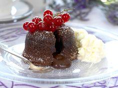 Det er ikke rart at sjokoladefondant er manges dessertfavoritt! Her er oppskrift på sjokoladefondant, som skal være så herlig rå i midten at sjokoladen renner litt ut når du setter skjeen i den. Det er derfor viktig at du er nøye med steketemperatur og steketid. Får du til det, er det lite som smaker bedre. Nydelig! Chocolate Fondue, Mousse, Sweets, Cake, Food, Best Chocolates, Recipes, World, Gummi Candy