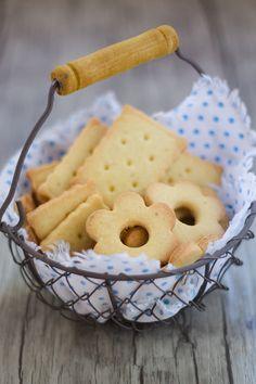 I biscotti alla farina di riso 100% sono semplici e friabili, profumati alla vaniglia e ideali da gustare con il tè in più sono senza glutine