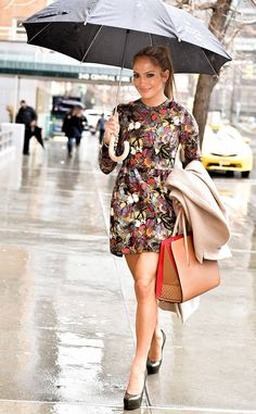 Jennifer Lopez from The Big Picture: Today's Hot Photos Under her umbrella! The newly-coupled actress braves the rain holding her Christian Louboutin tote while in New York City.