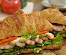La meilleure recette de soupe aux légumes du printemps (Facile à faire)! Croissants, Canadian Cuisine, Croissant Sandwich, Fish And Seafood, Entrees, Food To Make, Sandwiches, Brunch, Bbq