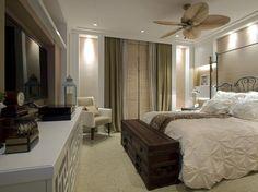 A decoração do quarto do casal segue a linha adotada em todo o apartamento, privilegiando a simplicidade e a elegância  Foto: Teixeira e Negrelli Arquitetura