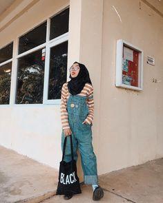Yuhuuuuu beib !! 🍒, pakek stripe tee lagi dari @vtrhijab 🍫🍩🍪🍦 Street Hijab Fashion, Muslim Fashion, Korean Fashion, Fashion Outfits, Casual Hijab Outfit, Hijab Chic, Ootd Hijab, Jumpsuit Hijab, Hijab Fashionista