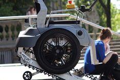 Moderna sedia a rotelle per salire le scale che permette, attraverso ruote particolari, di affrontare i gradini. Scopri il prototipo del designer Sakatsume.