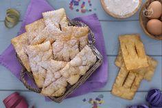 Le chiacchiere sono croccanti e delicate sfoglie tipiche a Carnevale, fatte tirando un semplice impasto friggendolo e decorandolo con zucchero a velo.